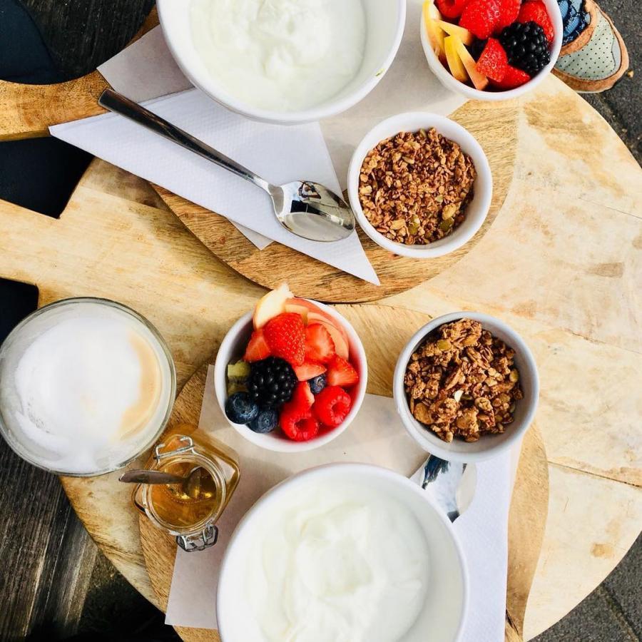 Kom je ook ontbijten?? #ontbijt #granola #versfruit #cappuccino #latte #brunch #lunch #zomer #lente #buiten #terras #districtutrecht #bakkerij #ambachtelijk #utrechtoost #koffie #bakery #breakfast #coffee #hotspotutrecht