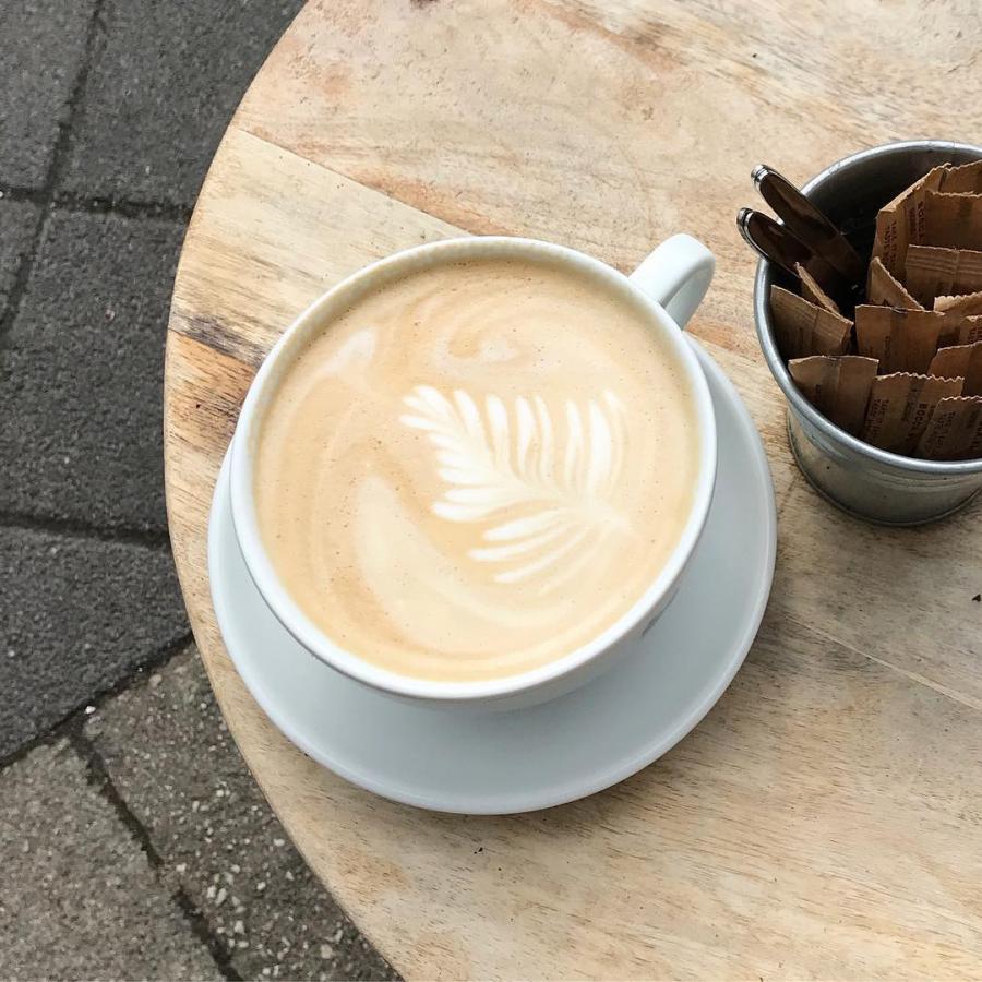 Koffietijd.  #cappuccino #extralarge #latte #coffee #goedemorgen #goodmorning #ontbijt #brunch #lunch #zomer #lente #buiten #terras #districtutrecht #bakkerij #ambachtelijk #utrechtoost #koffie #bakery #breakfast #hotspotutrecht