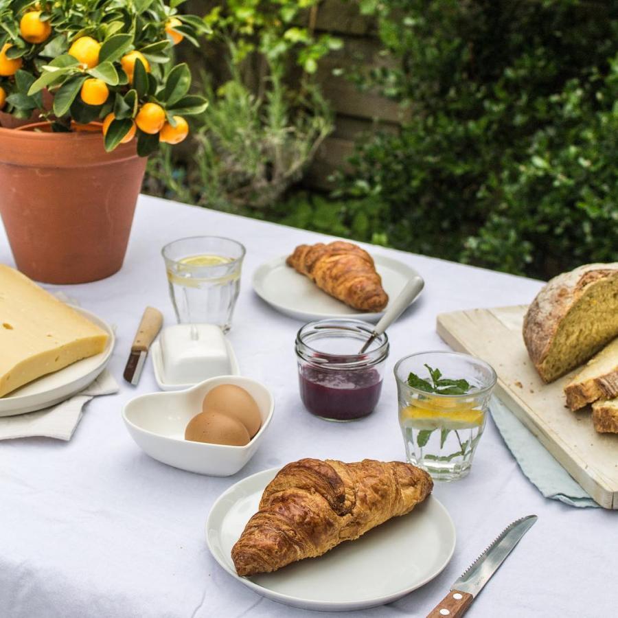 Met dit mooie weer zijn we zoveel mogelijk buiten. Lekker bij ons op het terras of neem mee voor een picknick!  #picknick #togo #boerenkaas #jam #croissants #desembrood #cheese #lente #ontbijt #brunch #lunch #zomer #buiten #terras #districtutrecht #bakkerij #ambachtelijk #utrechtoost #koffie #bakery #breakfast #coffee #hotspotutrecht #sourdough #bread
