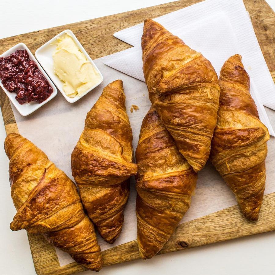 Croissants op zondag.  #croissant #brood #bread #sundays #districtutrecht #bakkerij #ambachtelijk #utrechtoost #koffie #ontbijt #bakery #breakfast #lunch #coffee #hotspotutrecht